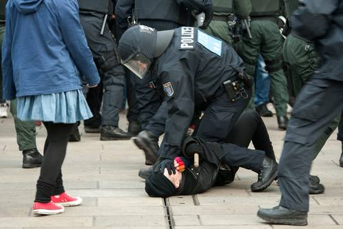 Polizeiübergriff auf einen Gegendemonstrant