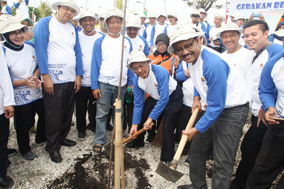 Peduli Lingkungan, Gus Ipul Pimpin Gerakan Bersih Pantai Kenjeran