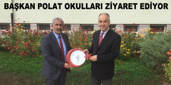 Ziyaretlerde okullara saat hediye ediliyor